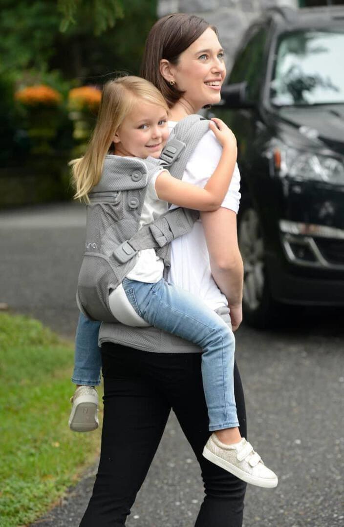 Nicht verzagen und Baby einfach liebevoll am Herzen oder auf dem Rücken tragen