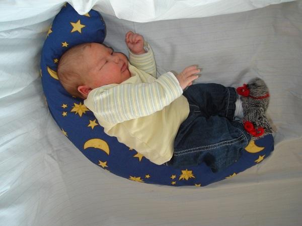 baby-mit-kissen-seitenlage-600x450